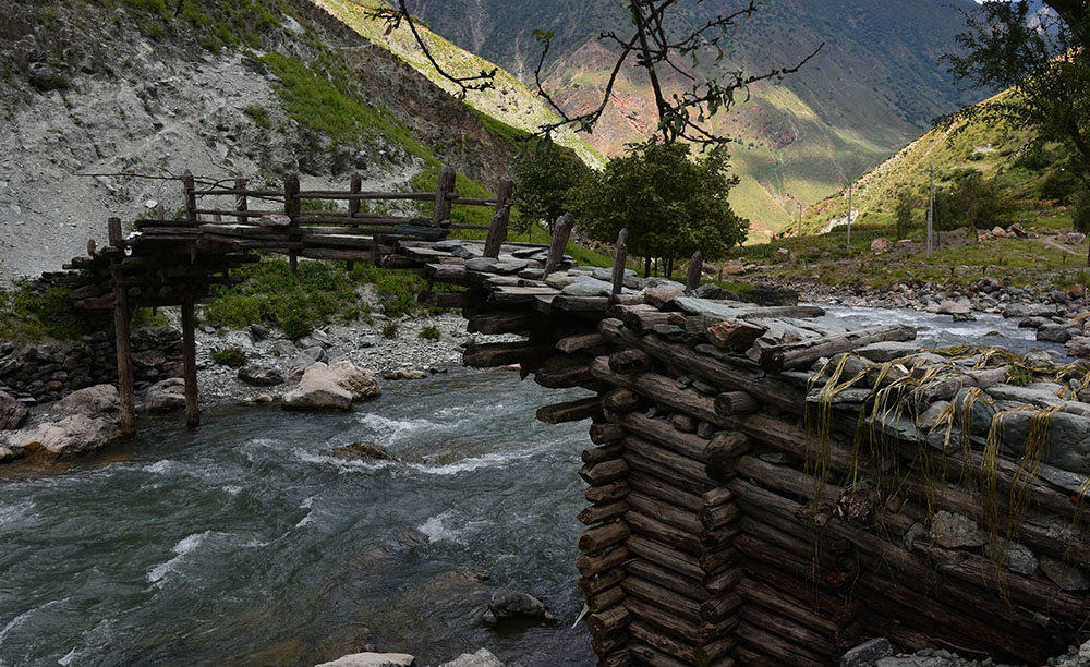 俄亚河上架起的伸臂桥。张国华 摄DSC_3303_.jpg
