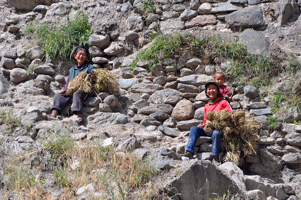 在村下路上休息的人们。张国华 摄DSC_7970_.jpg