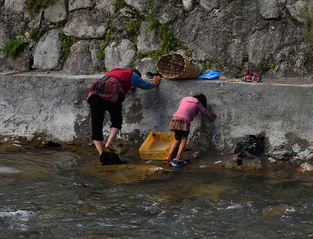 在河里洗衣服。张国华 摄DSC_3501_.jpg