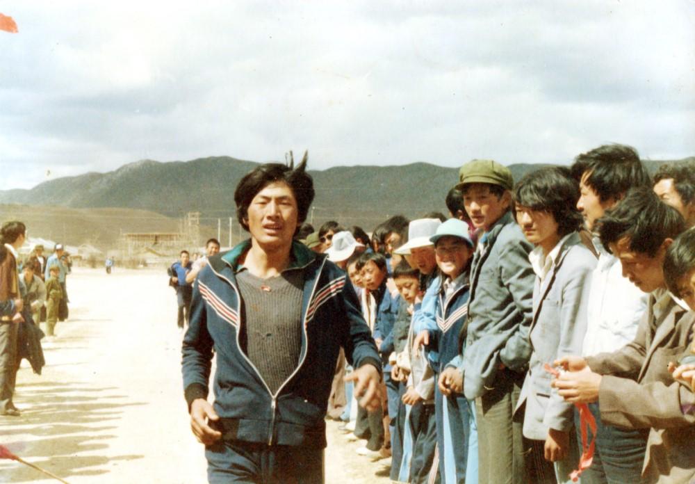 1985年作者在中甸县第一中学春季运动会上参加5000米长跑赛,荣获第一名成绩。张国华 供稿37_.jpg