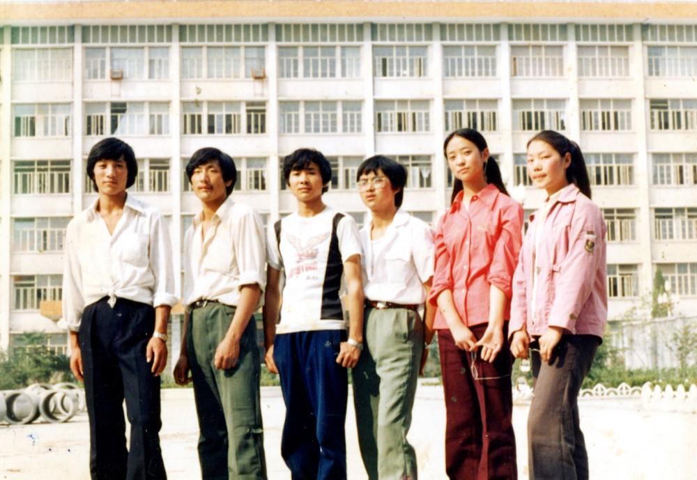 1987年9月作者考入西南民族学院,在教学大楼前与云南同学合影留影。张国华 供稿.jpg