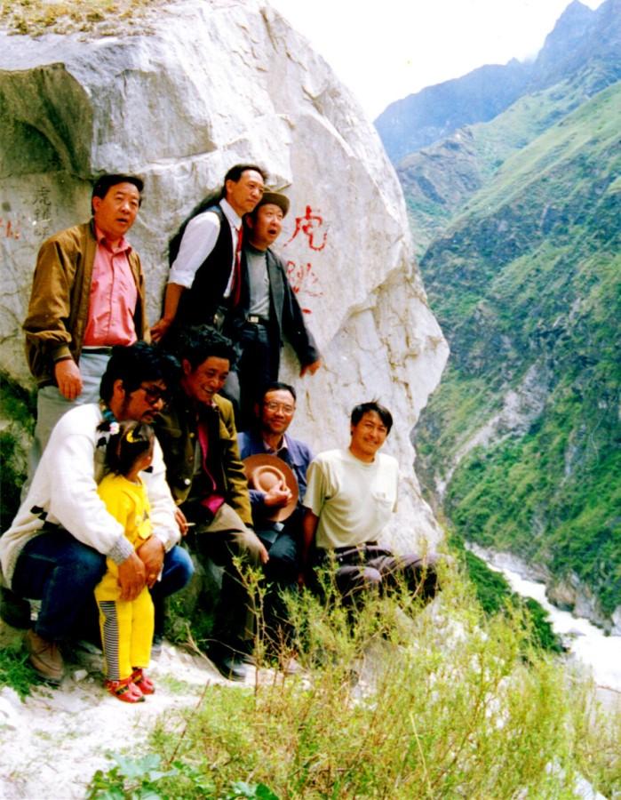 作者在迪庆州志办公室工作期间,与州志办的领导和老师们一起陪同云南省志办的领导和老师在香格里拉虎跳峡田野调查。张国华 供稿02_.jpg