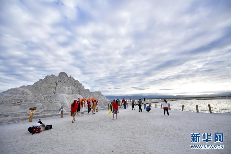 (美丽中国)(5)青海茶卡盐湖迎来旅游旺季