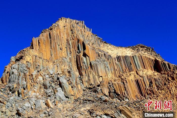 """青海发现距今2.2亿年火山岩柱状节理群酷似""""巨锏""""立山巅"""