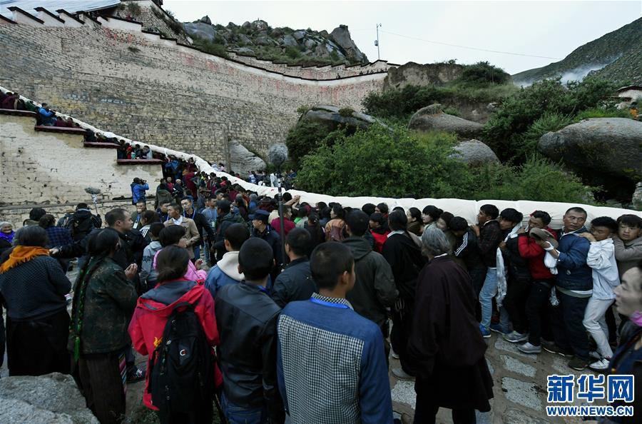 (XHDW)(3)西藏:哲蚌寺展佛 雪顿节开幕