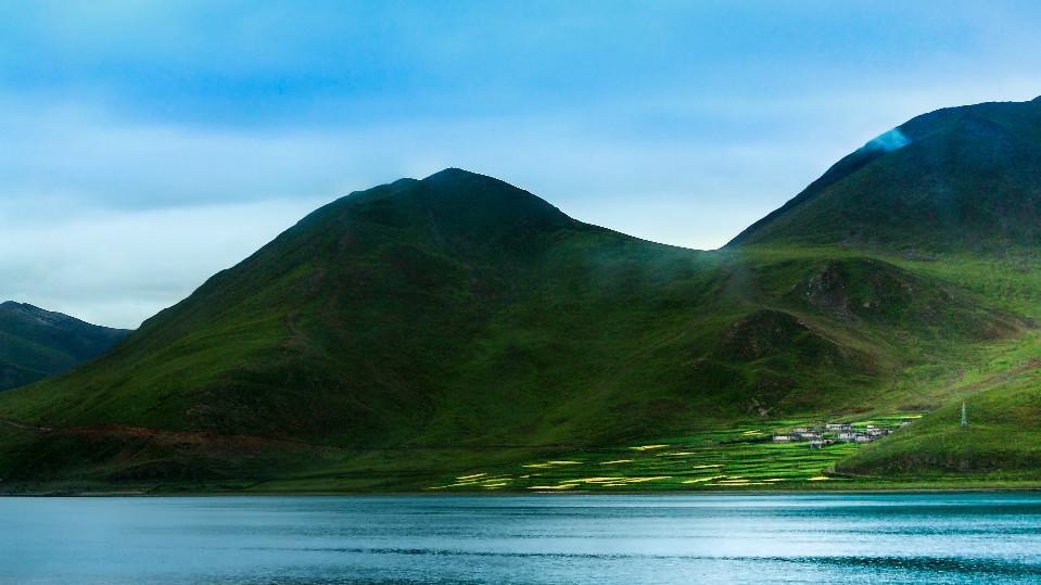 编者按:西藏,除了连绵不断的雪山,还是我国湖泊最多的地区。在120多万平方公里的辽阔大地, 1500多个湖泊星罗棋布,总面积约占全国湖泊总面积的1/3。西藏湖泊类型众多,那种变幻的不似人间的蓝色,在别处难得一见0cb中国藏族网通 湖泊,藏语称措。大小不一、景致各异的湖泊镶嵌于雪山之间、包围在牧草之中、隐藏在白云之下。阳光照射,湖泊似夜空中的繁星,像绿毯上的宝石,看上一天,也不生厌。0cb中国藏族网通 0cb中国藏族网通 纳木措0cb中国藏族网通 观湖的首选为纳木措,藏语意为天湖。纳木措位于拉萨市