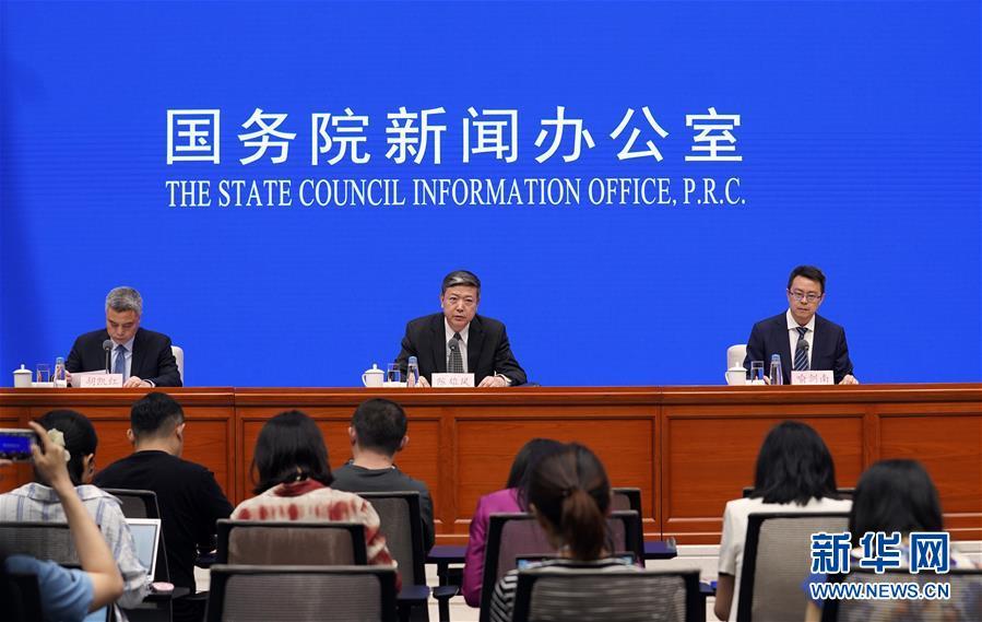 外交部发布会_6月4日,外交部领事司副司长陈雄风(中)在北京举行的国新办发布会上