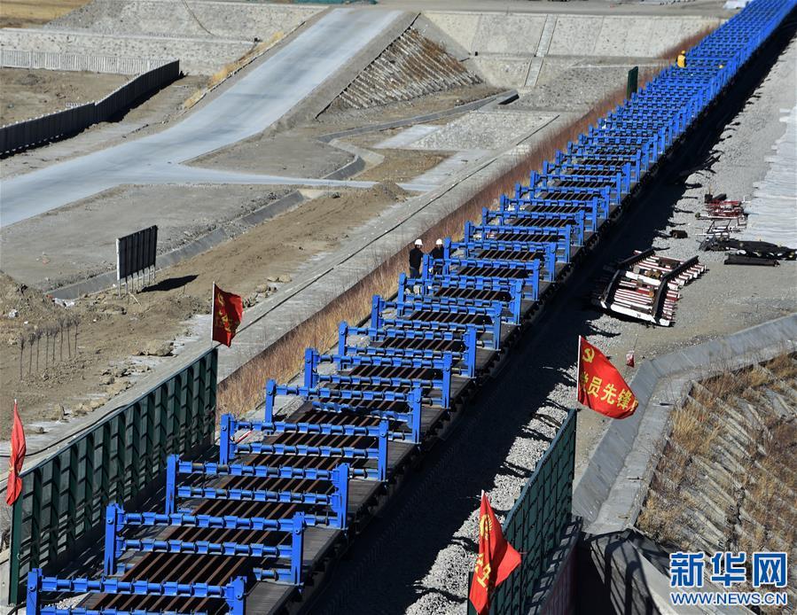 (社会)(2)拉林铁路首次铺设500米长钢轨