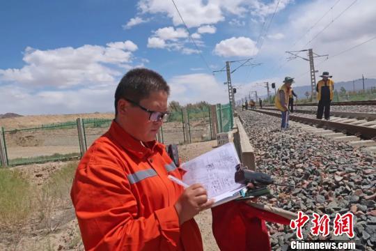"""青藏铁路线上的""""女金牌防护员"""""""