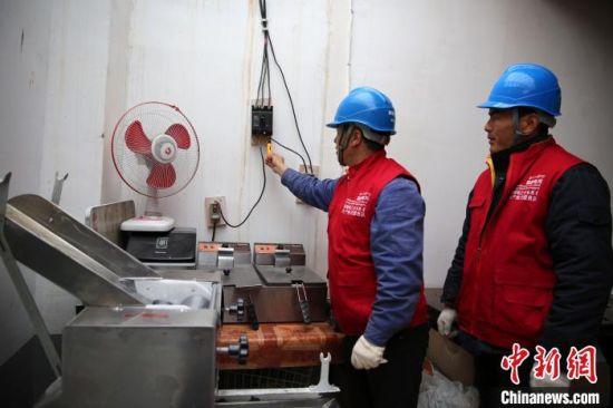 图为电力运维人员在青海省黄南州尖扎县德吉村开展安全用电检查工作。 郭毛 摄
