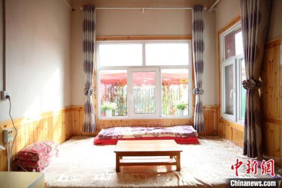 图为青海省黄南州尖扎县德吉村村民家的电热炕。 郭毛 摄