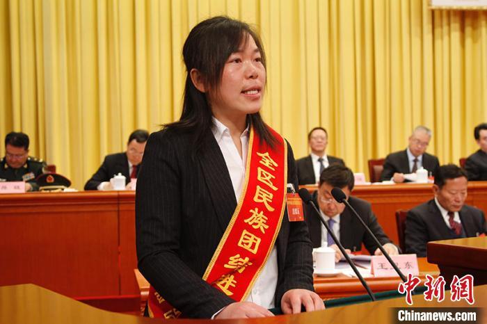 图为那曲市双湖县中心小学教师曹晓花发言。 赵朗 摄