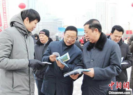 图为市民翻阅宪法宣传手册。青海省司法厅供图