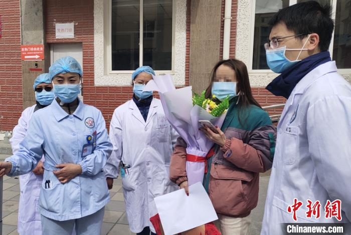 四川甘孜州两名新冠肺炎患者治愈出院