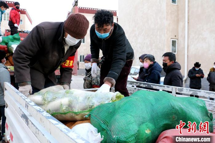图为那曲市安多县牧民把免费领到的蔬菜进行装车。 贡桑拉安多县县委宣传部供图姆 摄