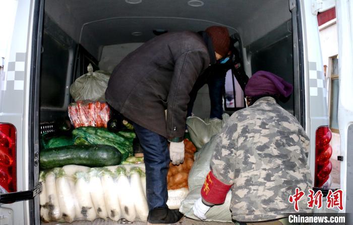 图为那曲市安多县牧民把免费领到的蔬菜进行装车。 安多县县委宣传部供图 摄