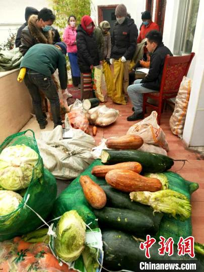 图为那曲市安多县牧区民众在家门口领取物资。 安多县县委宣传部供图 摄
