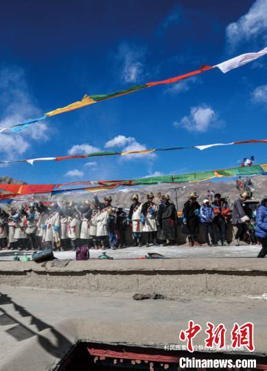 图为村民一起庆祝藏历新年(资料图)。卢明文 供图