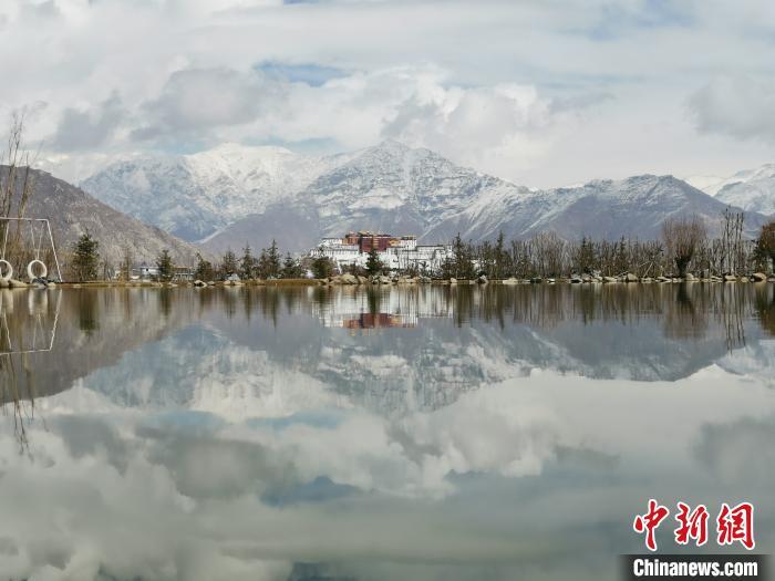 图为近日,从位于西藏拉萨市的南山公园眺望雪后的布达拉宫。 张伟 摄