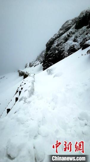 连日来,受降雪影响,国道562线亚乃公路部分路段出现大量积雪。图为亚乃公路被积雪阻断。亚东公路段供图