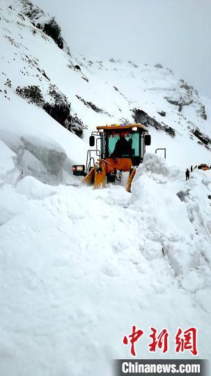 连日来,受降雪影响,国道562线亚乃公路部分路段出现大量积雪。图为西藏日喀则公路分局亚东公路段全力清理积雪。亚东公路段供图
