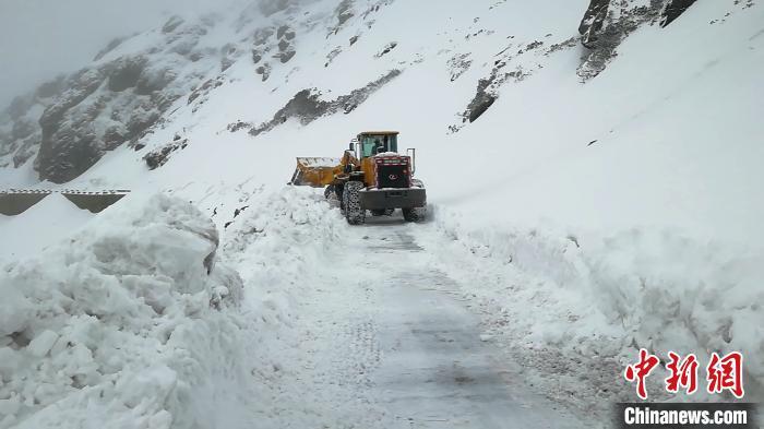 国道562线亚乃公路积雪西藏亚东公路段全力保通