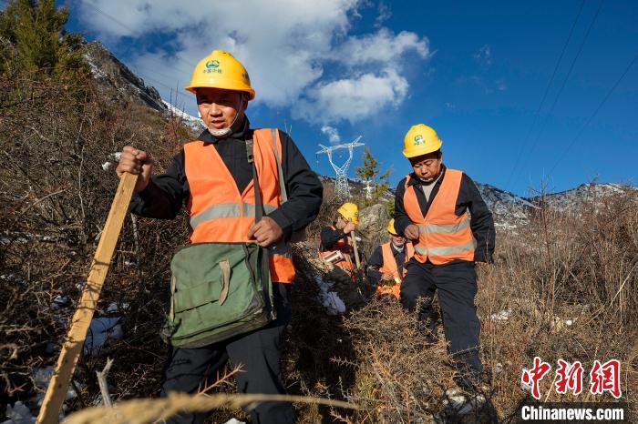 4月25日,在西藏自治区林芝市朗县,中铁电气化局集团的巡线小分队踏着积雪和荆棘在拉嘎山上海拔4300米的地方巡查线路。 焦宏涛 摄