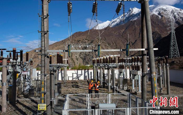 4月26日,在西藏自治区林芝市朗县,中铁电气化局集团的杨红锋(左)和张富强(右)在巡查变电所内的设备。 焦宏涛 摄