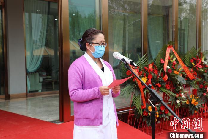 图为西藏阜康医院产科国际部主任陈莉介绍产科国际部情况。 受访单位供图 摄