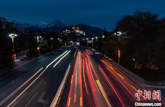 图为西藏拉萨市夜景。资料图 何蓬磊 摄