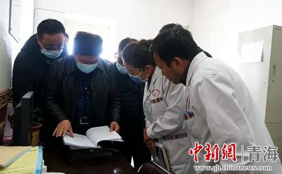 图为纪检监察干部走村入户了解民众情况。马淑珍 摄