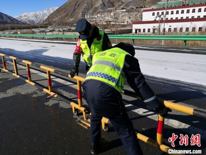 图为结古公路路政执法大队的执法人员封堵逃费路口。 受访者供图 摄
