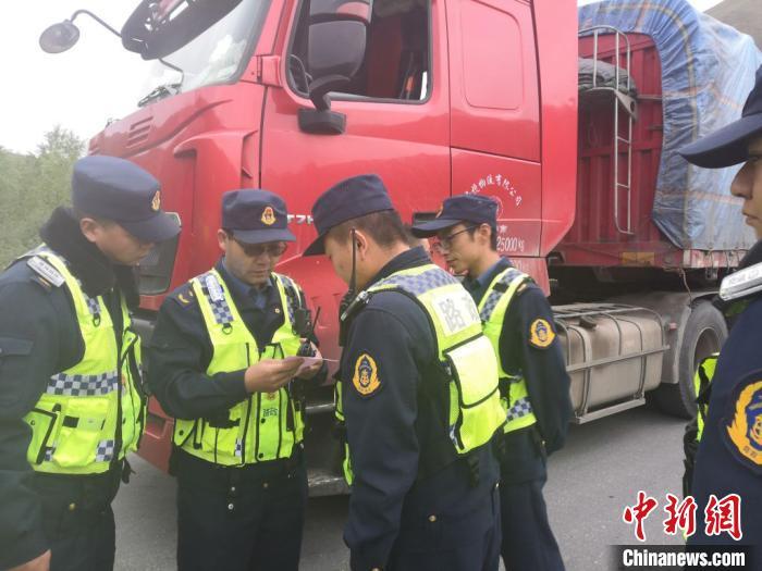 图为结古公路路政执法大队的执法人员巡查超限超载车辆。 受访者供图 摄