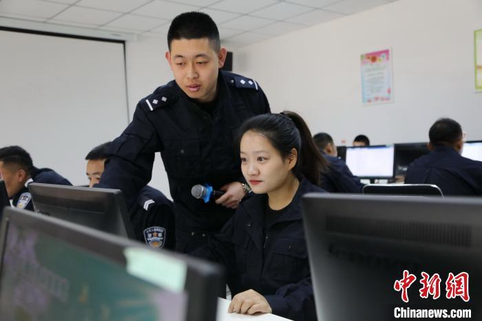 图为亚东出入境边防检查站心理咨询师对民警进行一对一辅导。 张雨强 摄