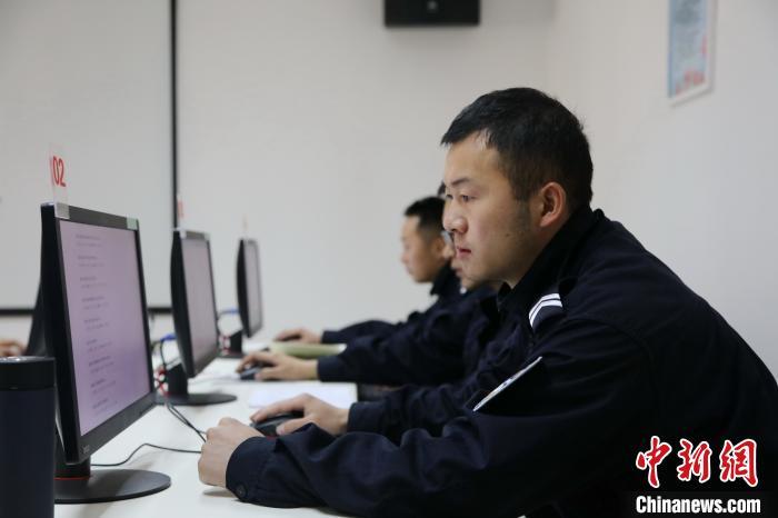 图为亚东出入境边防检查站民警正进行工作压力量表测试。 张雨强 摄