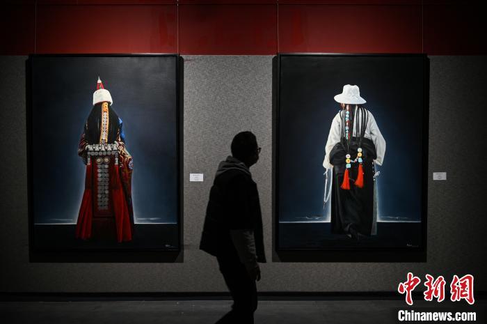 5月17日,民众参观《爱慈敬喜——李光林西藏题材油画作品展》。 何蓬磊 摄
