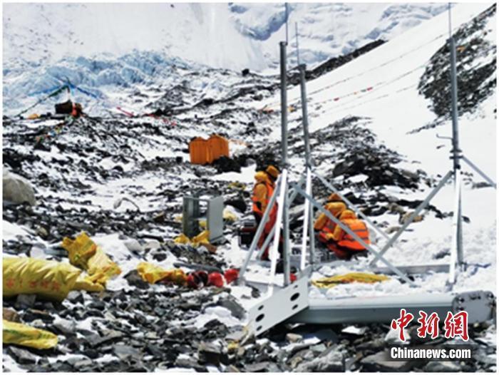 工作人员在珠峰海拔6500米前进营地搭建5G基站。图片来源:中国移动