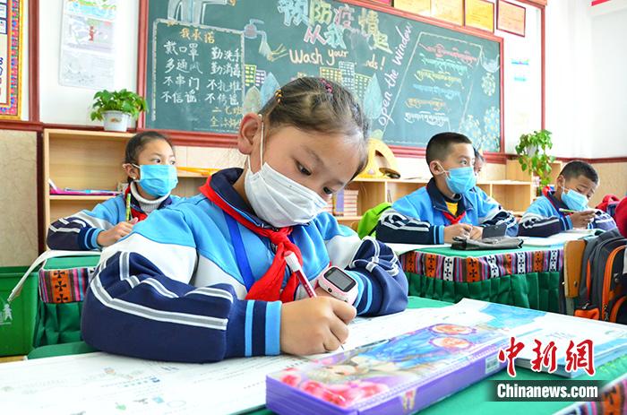 4月15日,玉树市第三完全小学的学生在课堂上做笔记。<a target='_blank' href='http://www.chinanews.com/'>中新社</a>记者 鲁丹阳 摄