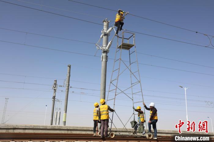 格库铁路(青海段)全线贯通带电