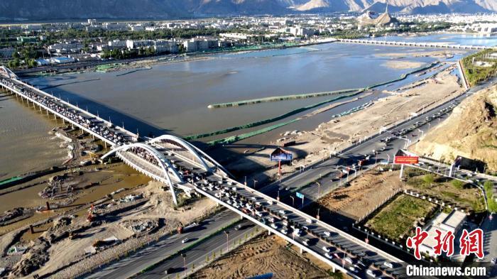 资料图为(航拍)横跨在拉萨河上的拉萨柳梧大桥及部分施工现场。 江飞波 摄