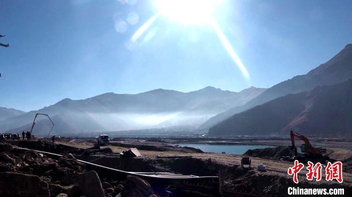 图为在冬日暖阳下的拉萨河城区段综合治理及生态修复工程施工现场。 贡桑拉姆 摄