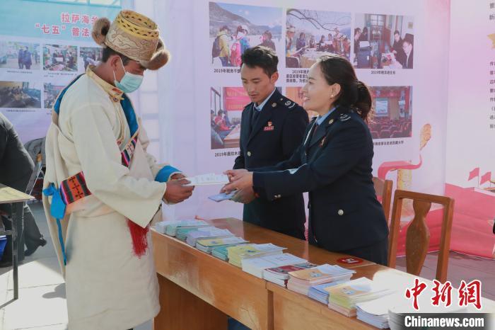 图为2020年,西藏税务系统工作人员宣讲税收政策。国家税务总局西藏自治区税务局供图