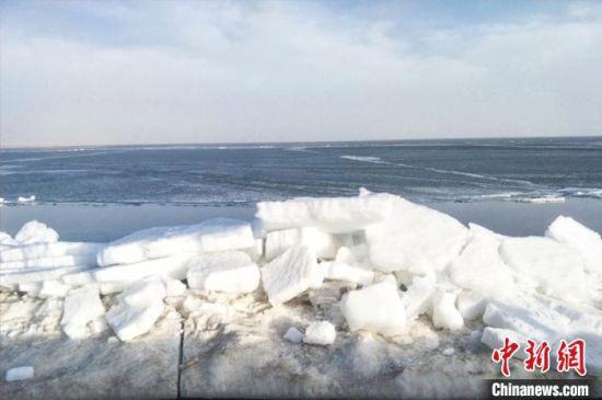 图为青海湖湖面依旧封冻。 赵海梅 摄