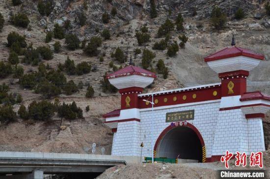 图为2014年建成通车的澜沧江第一隧道,该隧道的建成大大节省了进入杂多县的路程。 鲁丹阳 摄