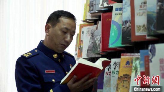 图为巴才洛浏览杂志。(资料图) 赵智彬 摄