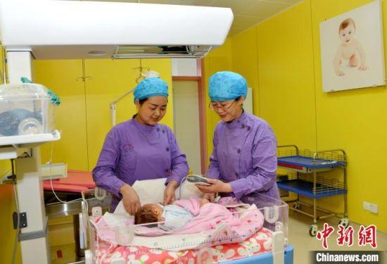 图为青海省人民医院医护人员照看婴儿。(资料图) 孙莹 摄