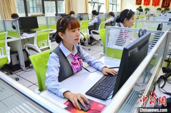 图为青海省西宁市城市运行管理指挥中心12345话务大厅的话务员冯蓉正在接听市民来电。 鲁丹阳 摄