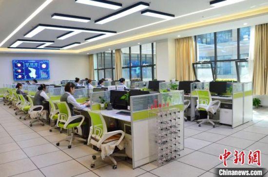 图为青海省西宁市城市运行管理指挥中心的12345话务大厅。 鲁丹阳 摄