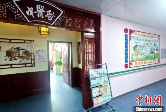 图为青海省海西州医疗机构内的中医馆。(资料图) 韩明媚 摄