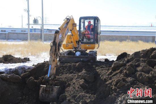 图为牧民正在进行挖掘机驾驶员培训。 王宇航 摄